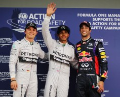 Hamilton snatches Australia pole from Ricciardo